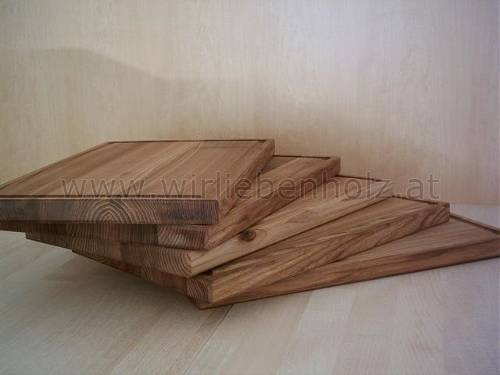 Wooden plates made out of elm wood and ash wood, cutting boards made out of elm wood